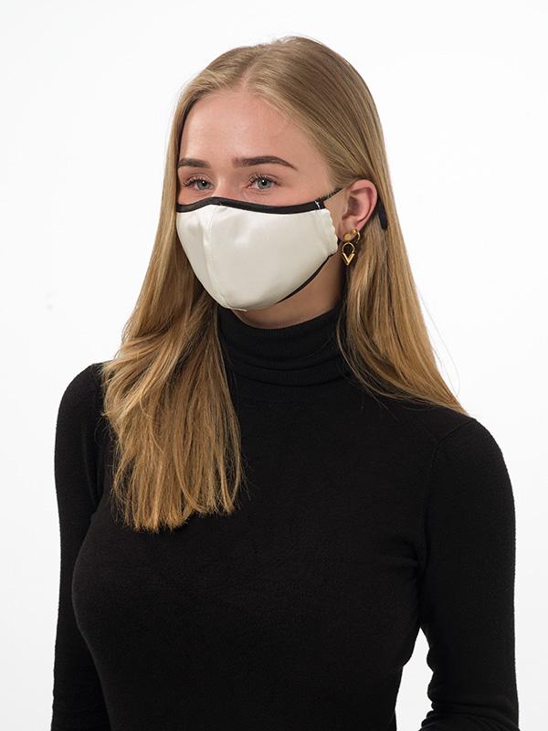 Mondkapje in wit zijde Satijn binding, perfect voor mensen met maskne problemen.